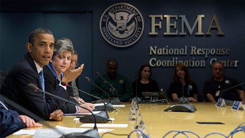 Presidente Obama trabajando con oficiales de FEMA